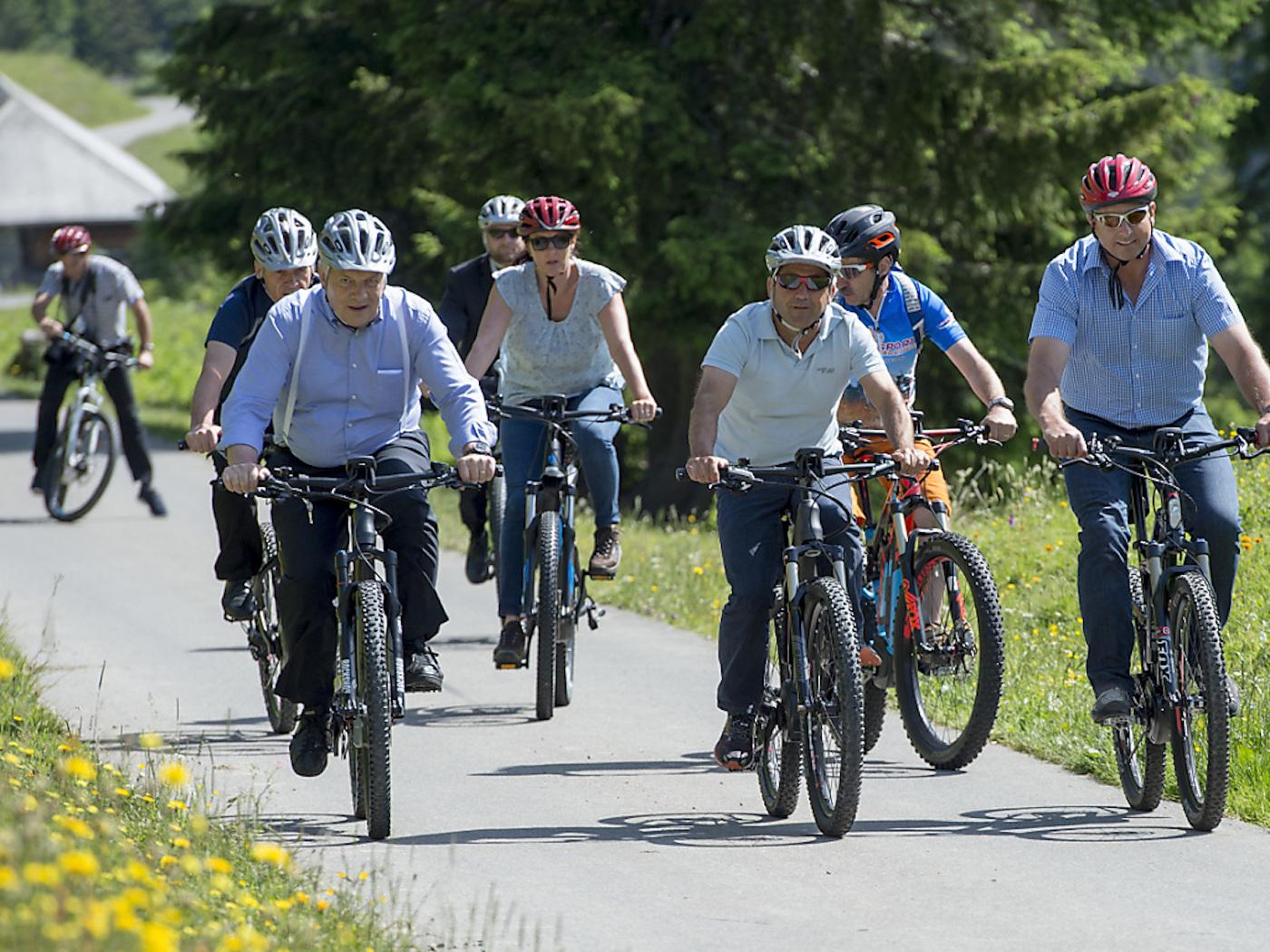 Ils ont des vélos avec compteur: le Conseil fédéral in corpore, lors de la «course d'école» annuelle dans le Saaneland bernois en 2016.