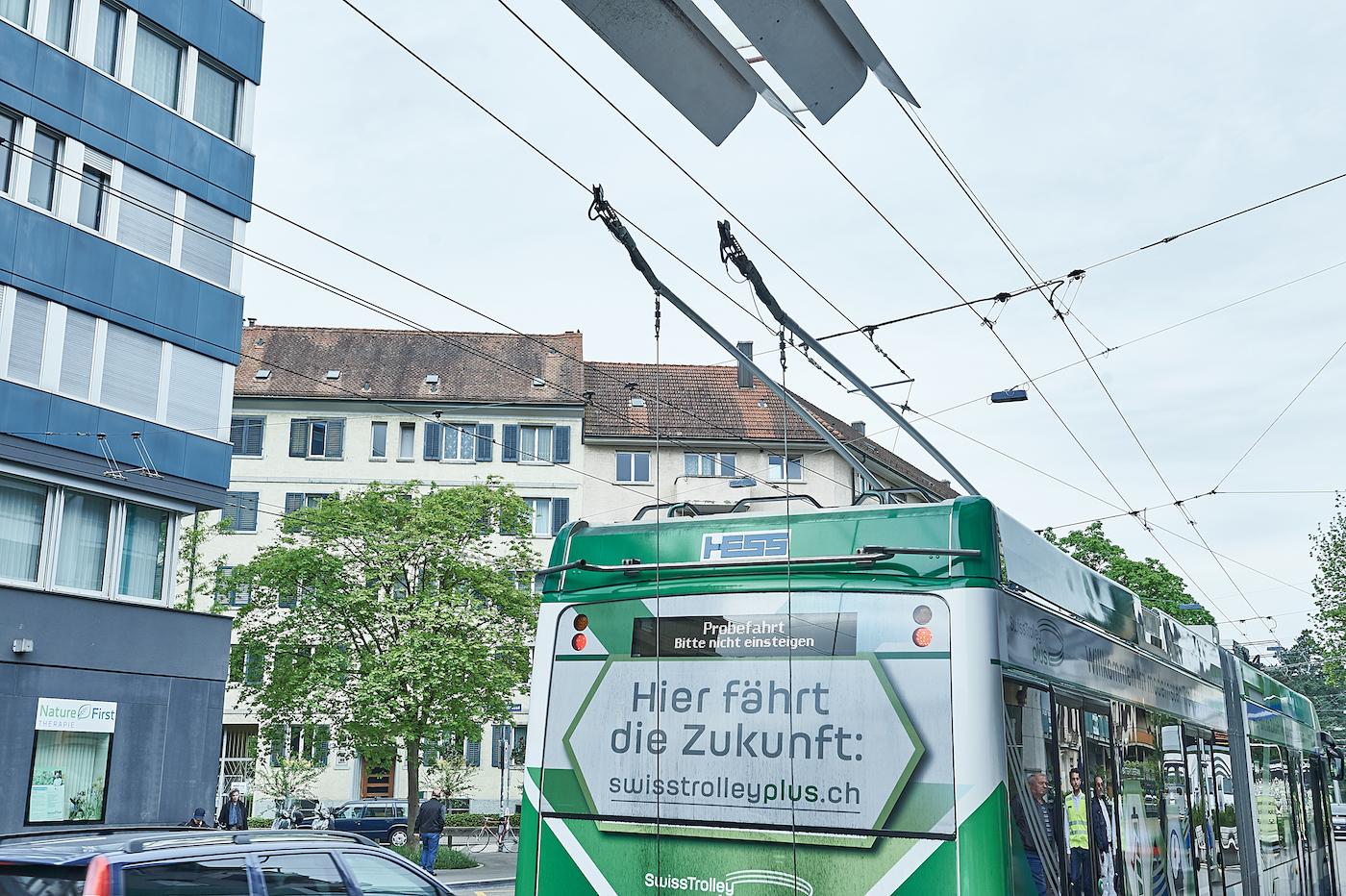 Le Swiss Trolley Plus est le premier du genre capable de rouler aussi sans caténaire. (Anja Wurm)