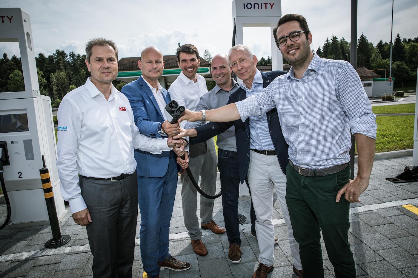 Remo Lütolf (CEO d'ABB Suisse), Markus Brokhof (membre de la direction générale d'Alpiq), Marcel Mayer (directeur adjoint d'Alpiq E-Mobility), Thomas Lohmann (direction générale de Luzerner Raststätte), Franz Wüest (président du conseil d'administration de Luzerner Raststätte) et Christian Zeh (Head of DACH & CEE d'Ionity, de gauche à droite). (Philippe Rossier)