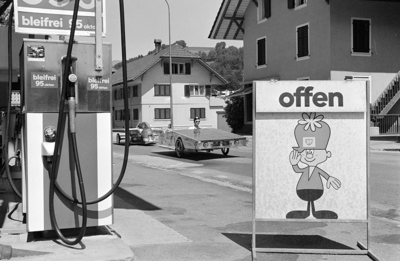 """Un partecipante alla gara di auto azionate con energia solare """"Tour de Sol"""" 1987 passa lasciandosi di lato un distributore di benzina a Bienne. (Keystone)"""