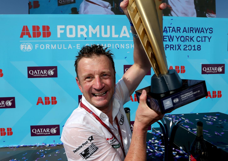 Allan McNish con la Coppa di Team. (Audi)