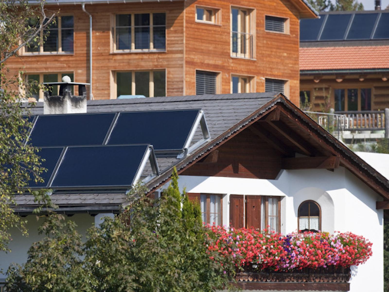 Le case intelligenti fanno risparmiare energia: pannelli solari sul tetto di una casa a Flerden GR. (Keystone/Gaetan Bally)