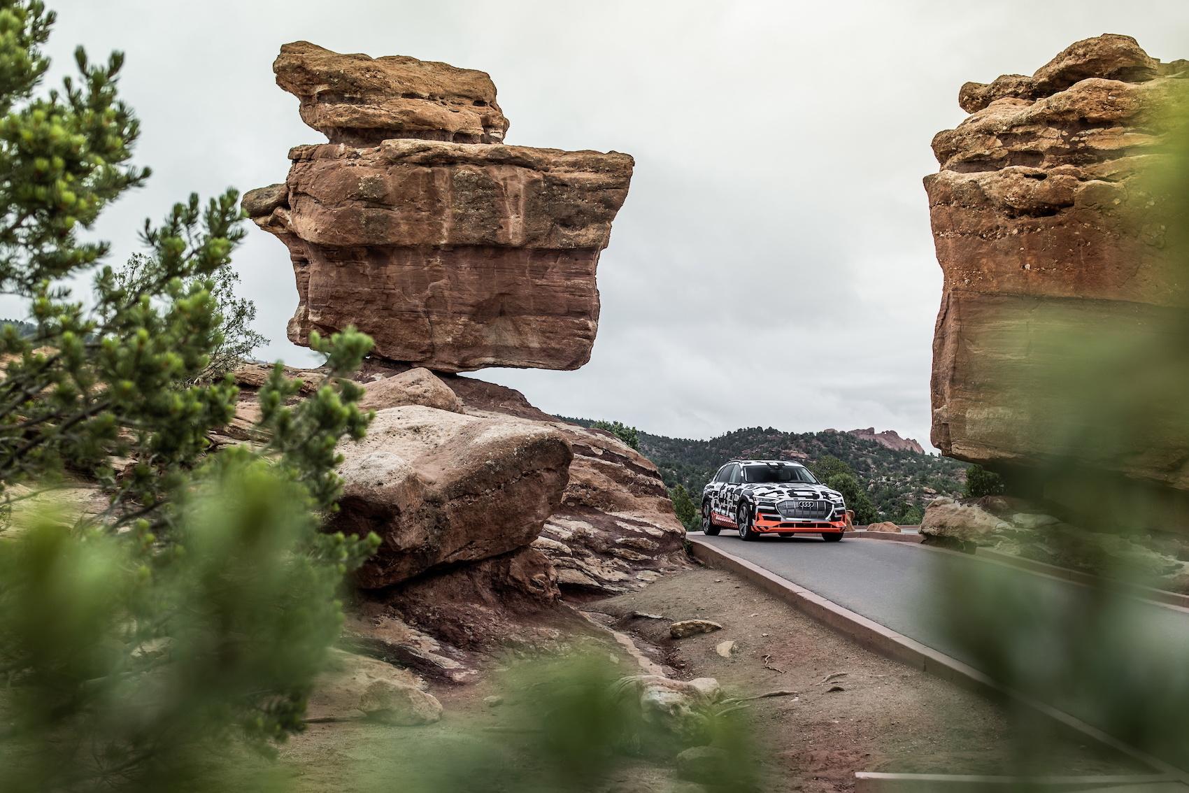 Noch ist der Audi e-tron als Prototyp in aller Welt unterwegs. Im September stellt Audi die Serienversion vor.