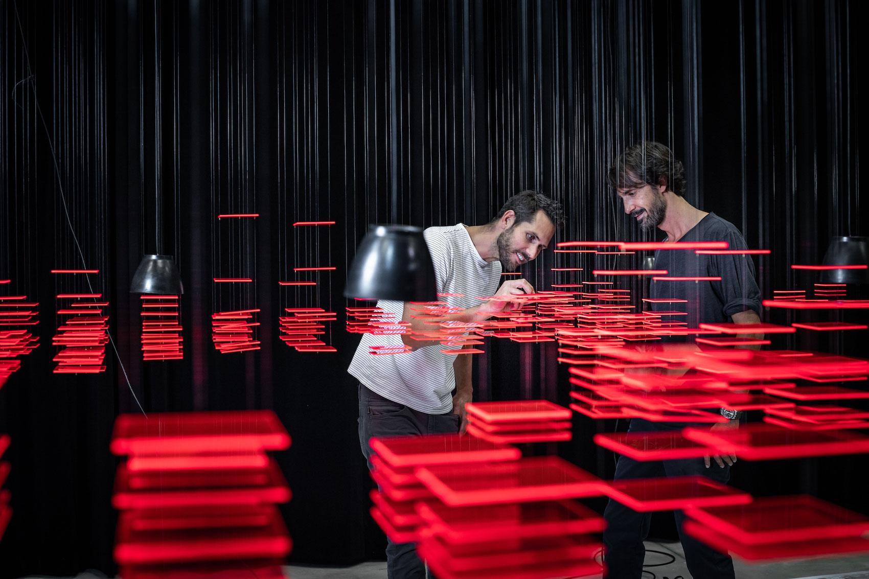 Florian Teuteberg (a sx) e Caspar Coppetti, qui nell'installazione «Explorative Spatial Analysis» (2018) di Nadine Prigann presso l'Università delle Arti di Zurigo (ZHdK).