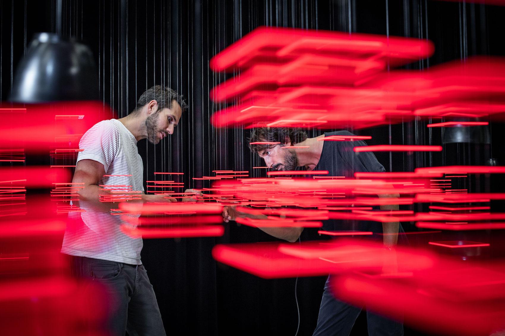 Florian Teuteberg (a sx) e Caspar Coppetti mentre esaminano l'installazione «Explorative Spatial Analysis» (2018) di Nadine Prigann.
