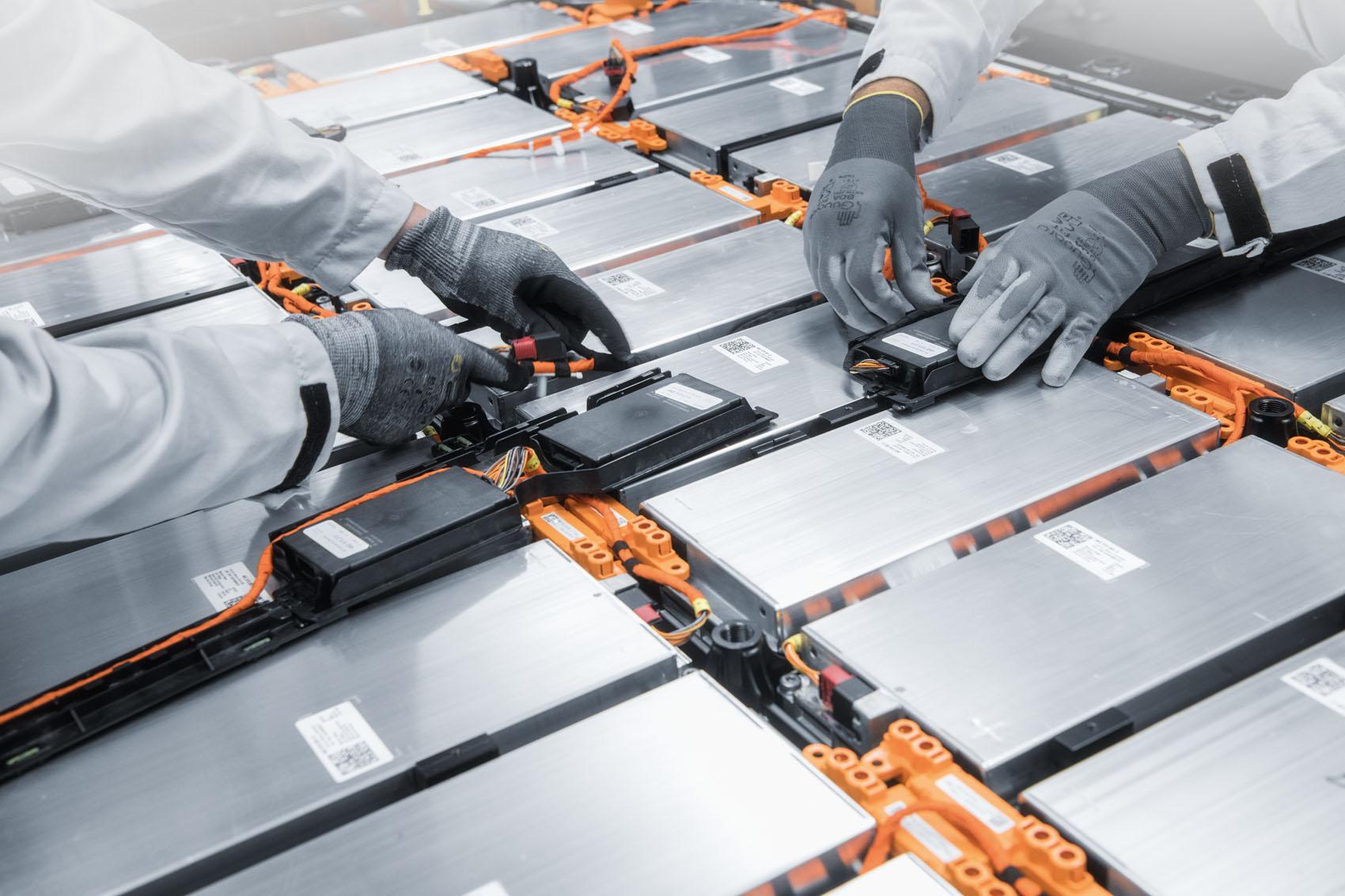 Manufacture: Les liaisons par câble avec les moteurs électriques sont effectuées par des humains.