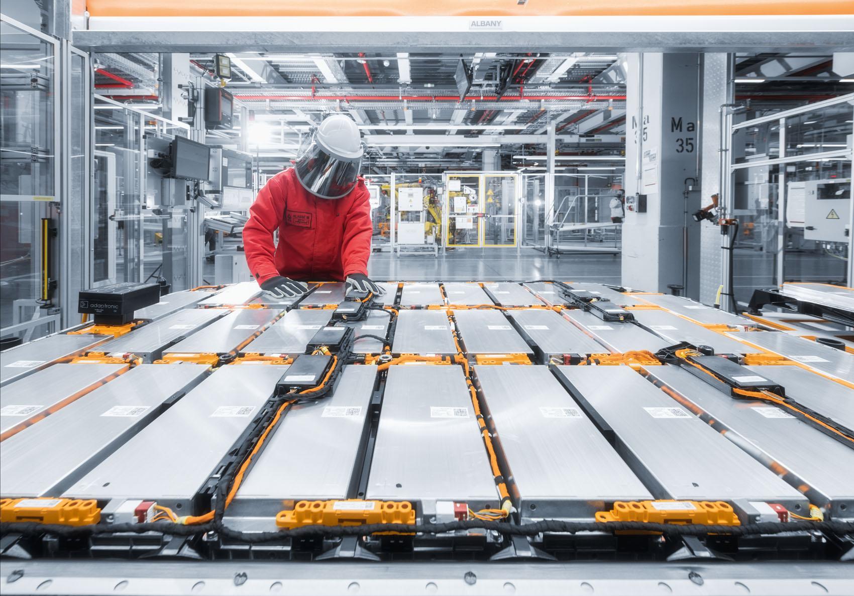 Attenzione alta tensione: Indumenti di sicurezza proteggono gli addetti che svolgono lavori a contatto con elementi ad alto voltaggio. (Stefan Warter)