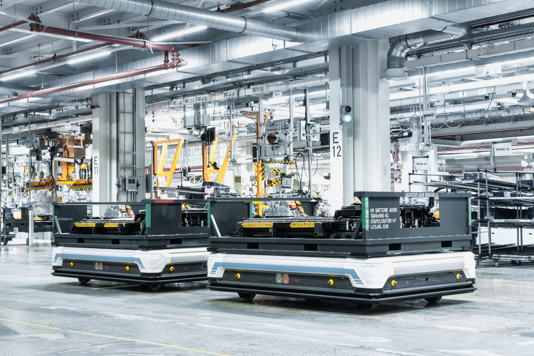 Sistemi di trasporto automatizzati (AGV) conducono le batterie alla catena di montaggio. (Stefan Warter)