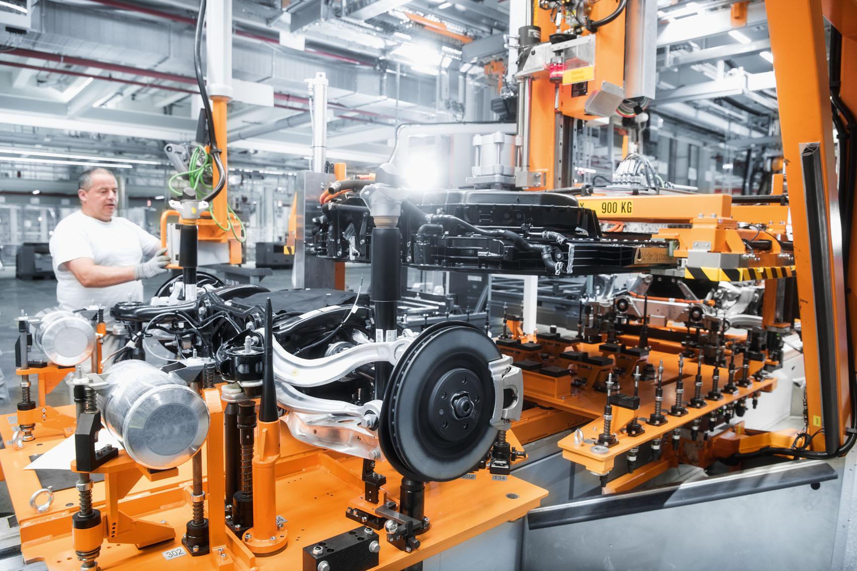 «Carrozza» di assemblaggio: Assi di trasmissione elettrica e batteria sono pronti sul supporto per essere assemblati alla carrozzeria.