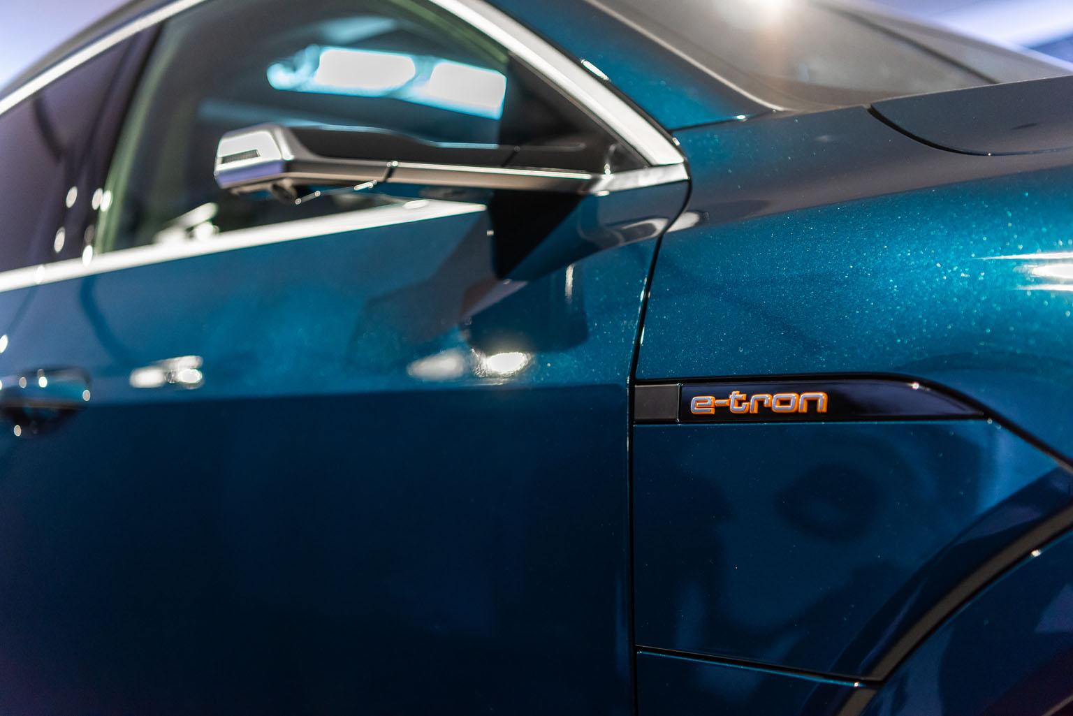 Ecco gli atout opzionali dell'Audi e-tron: gli specchietti laterali virtuali e i doppi sportellini di ricarica. (Tom Lüthi)