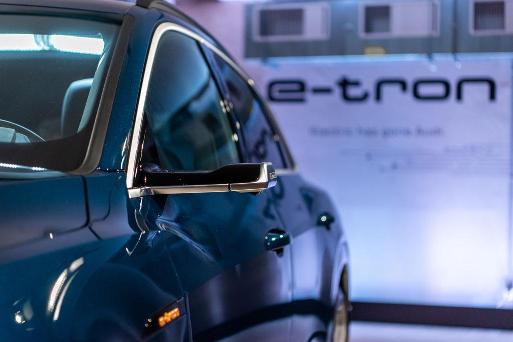 Immer wieder ein Blickfang: Die revolutionären virtuellen Seitenspiegel des Audi e-tron. (Tom Lüthi)