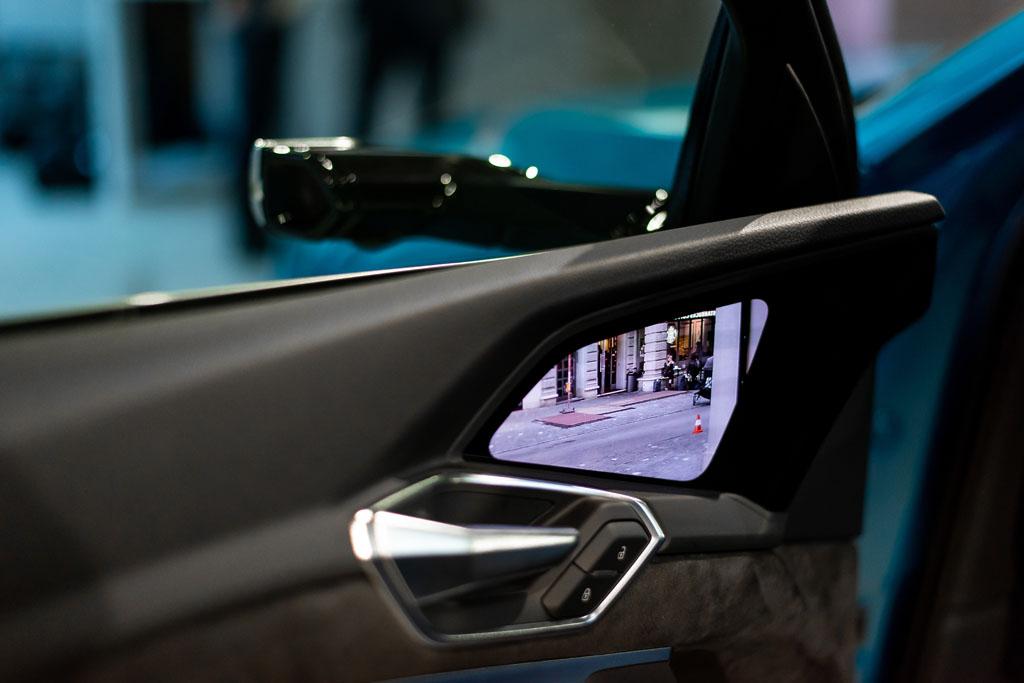 Le telecamere trasmettono la retrovisione a lato delle portiere. (Tom Lüthi)