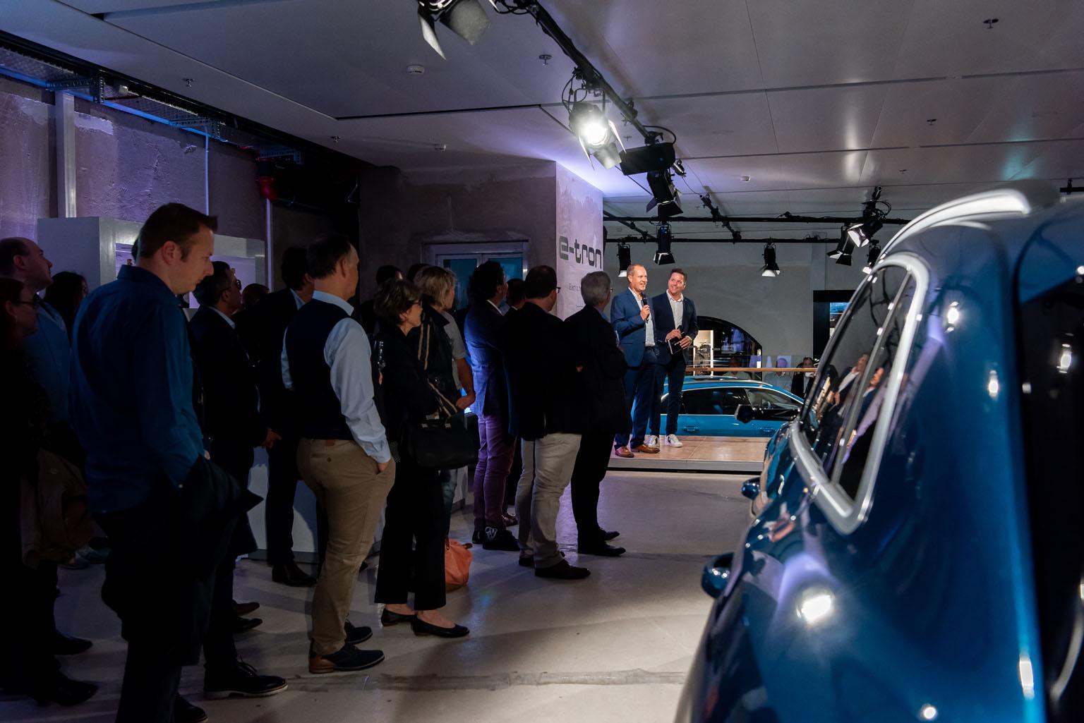 Jens van Eikels illustra a Sven Epiney e al pubblico zurighese le raffinatezze dell'Audi e-tron. (Tom Lüthi)