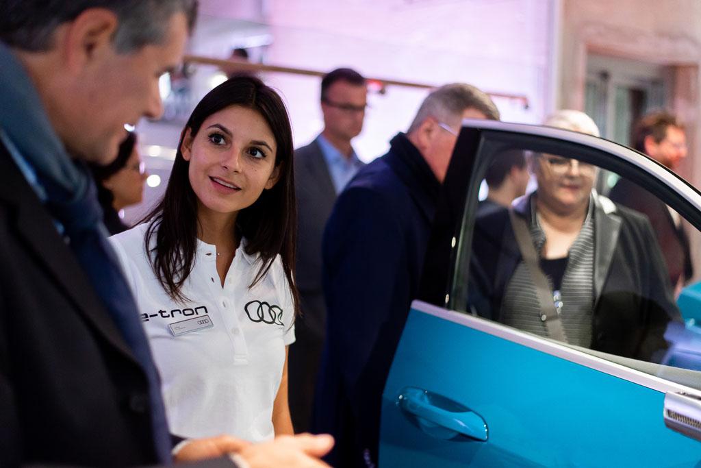 Esperti di Audi illustrano l'e-tron ai visitatori. (Tom Lüthi)