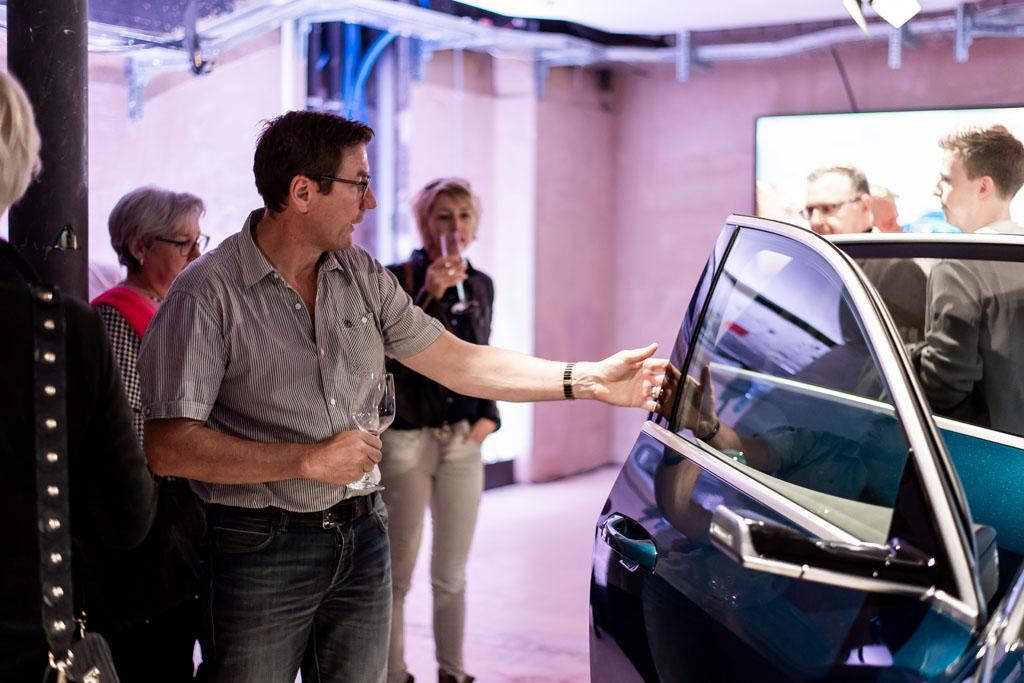 Besucher können im Audi e-tron probesitzen. (Tom Lüthi)