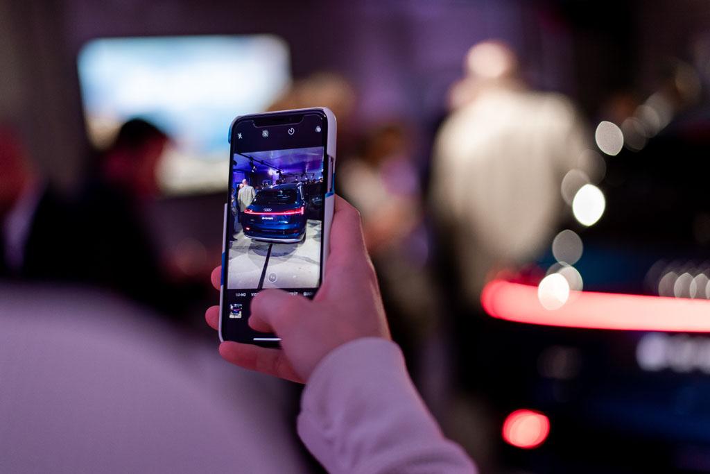 Ein Besucher macht ein Foto vom hübschen Heck des e-trons. (Tom Lüthi)
