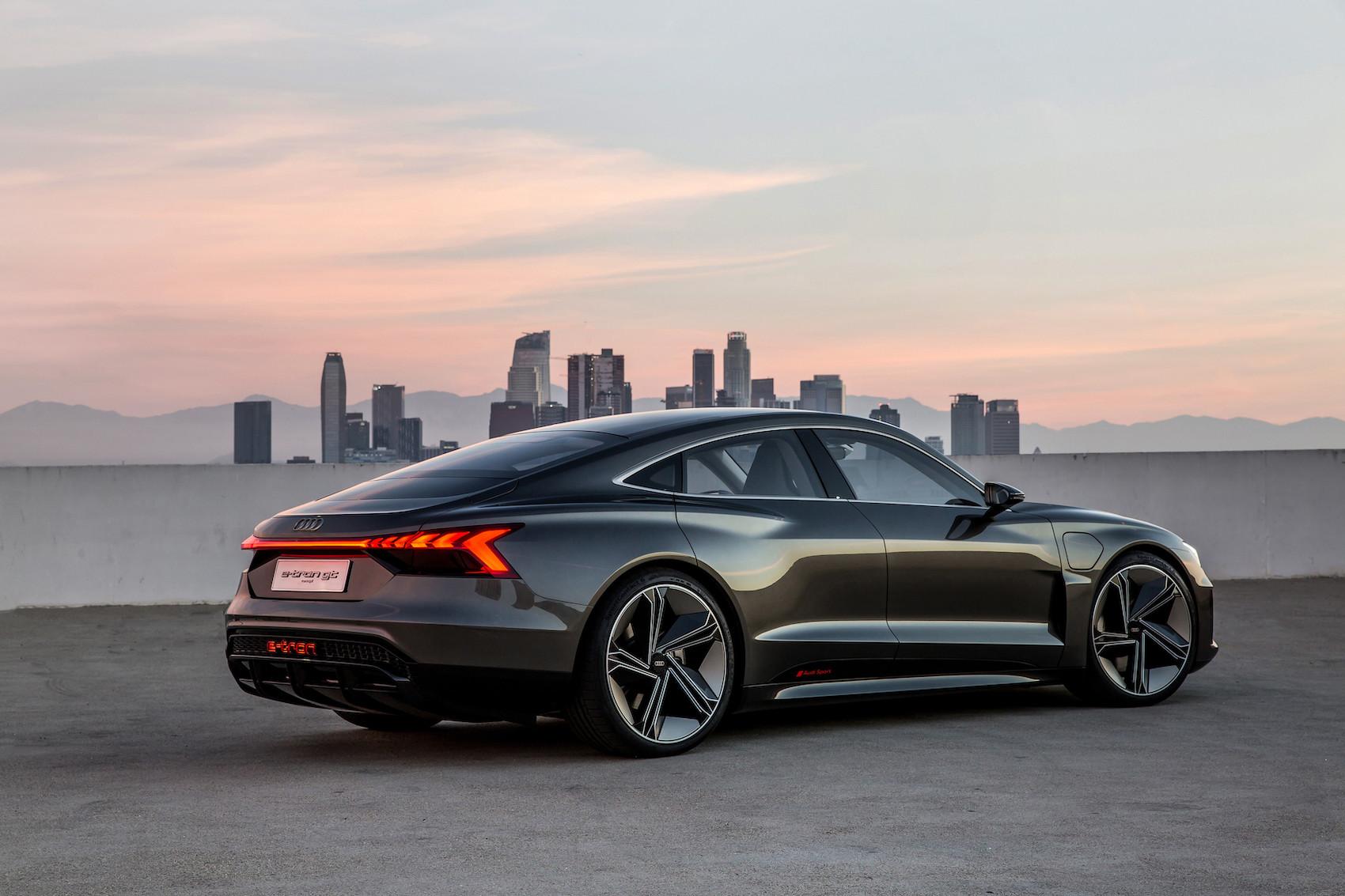 Die Leuchtband am Heck zeigt: Hier fährt ein Auto aus der e-tron-Reihe. (Audi)