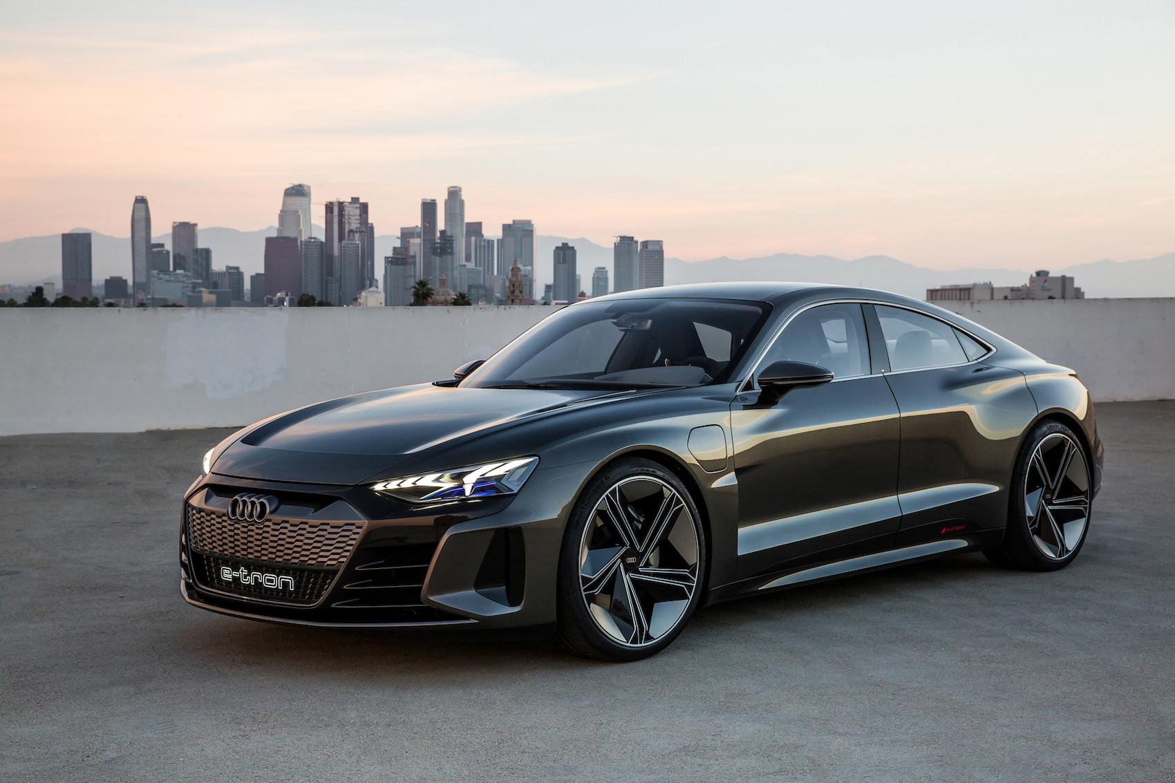 Veloce come un fulmine: la nuova Audi e-tron GT concept posa per noi davanti allo skyline di Los Angeles. (AUDI)