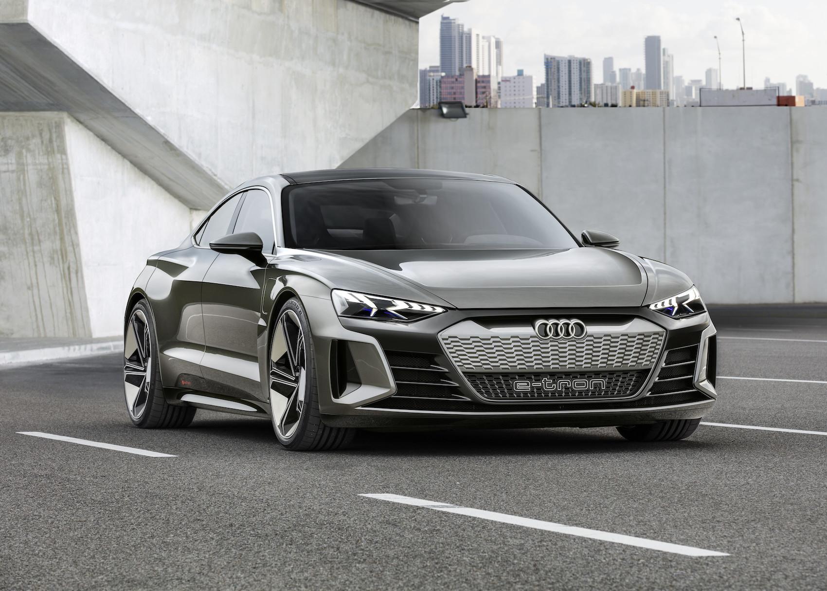 Der e-tron GT concept ist ein reiner Stromer – mit dem RS-Wabenmuster am Grill. (Audi)