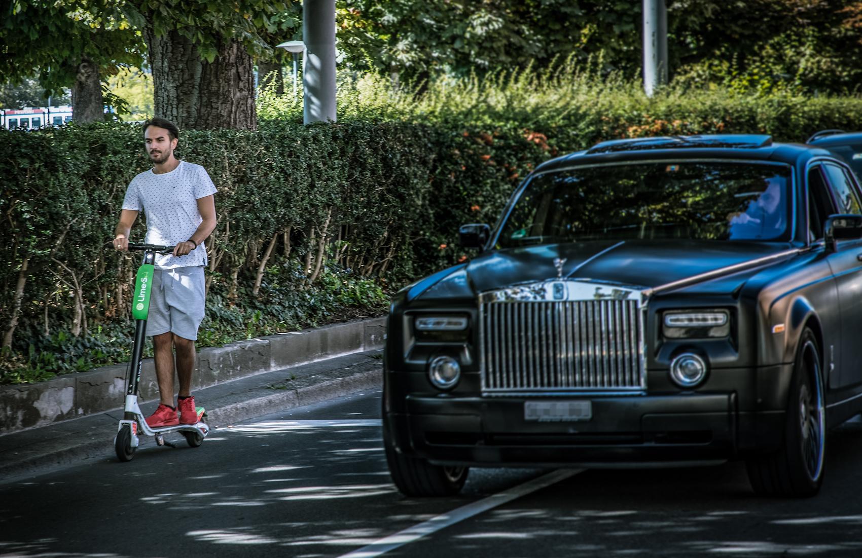 Gli scooter elettrici di Lime sono già parte della fisionomia delle strade di Zurigo. (Philippe Rossier)