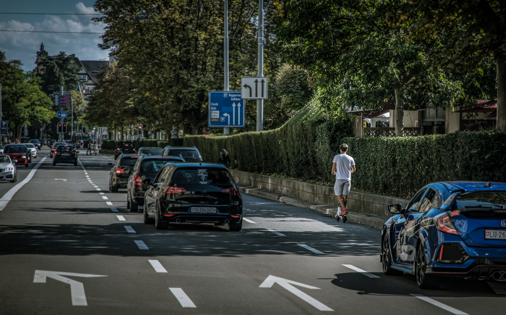 Un monopattinatore 'elettrico' nel traffico stradale di Zurigo. (Philippe Rossier)