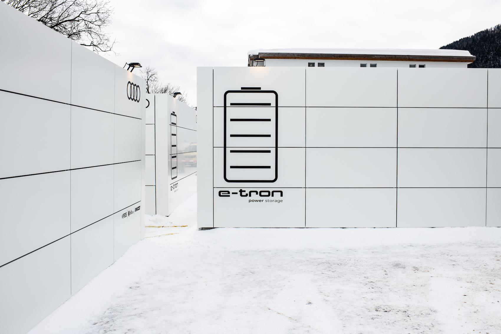 Sie sehen unscheinbar aus, aber in ihnen steckt viel grüne Power: Die drei High-Tech-Container in Davos. (Foto: Adrian Bretscher.)