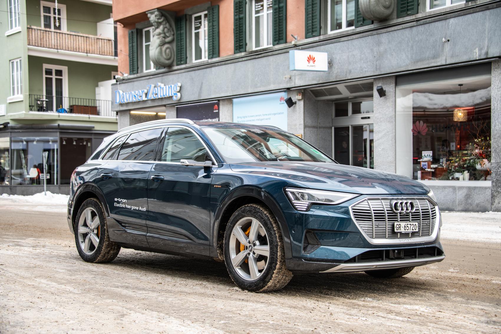 Alpen-Kälte macht ihm nichts aus: Ein Audi e-tron im Davos-Einsatz. (Foto: Adrian Bretscher)