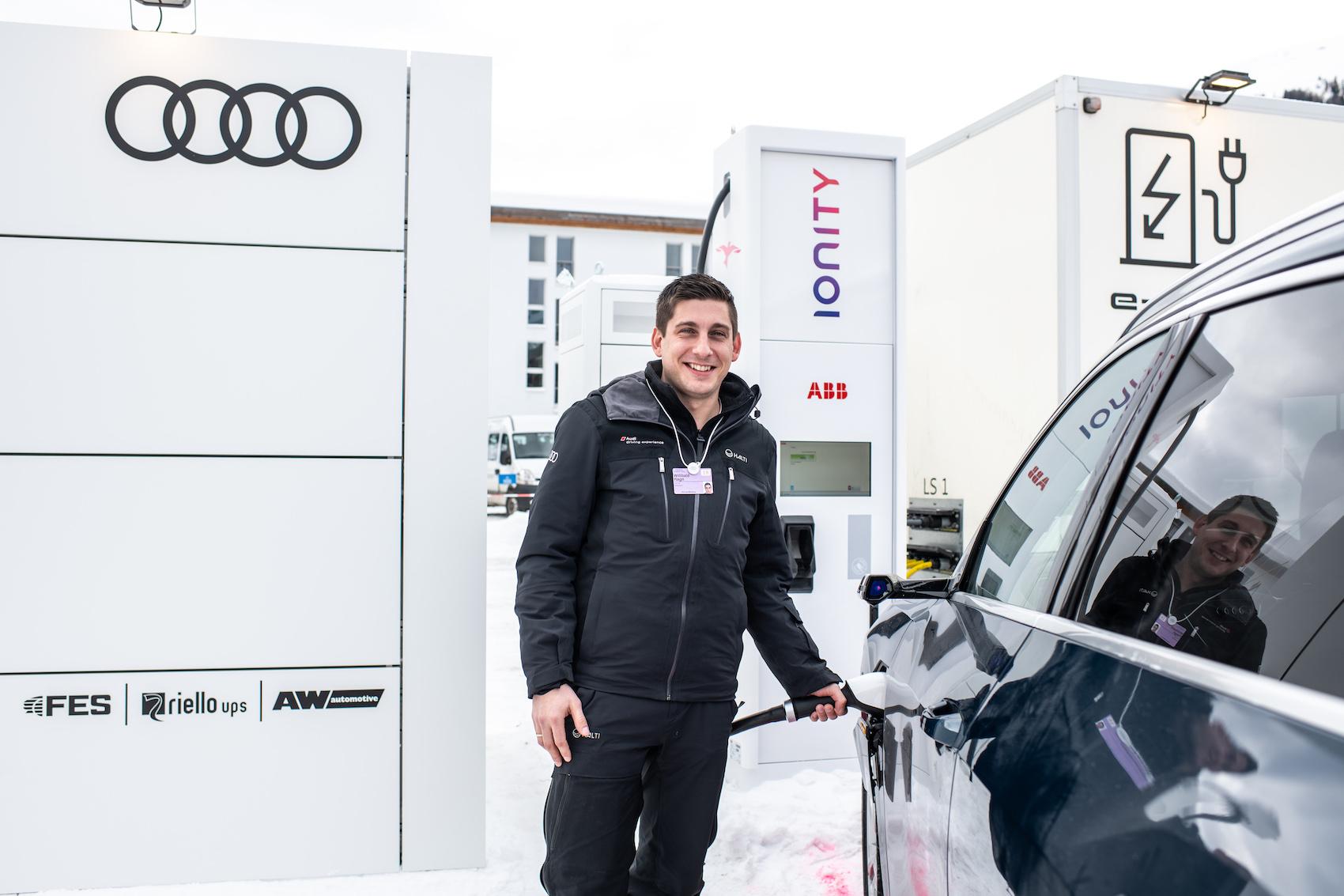 Driving Experience Manager Willibald Hagn zeigt: So einfach ist das mit dem Laden. (Foto: Adrian Bretscher.)