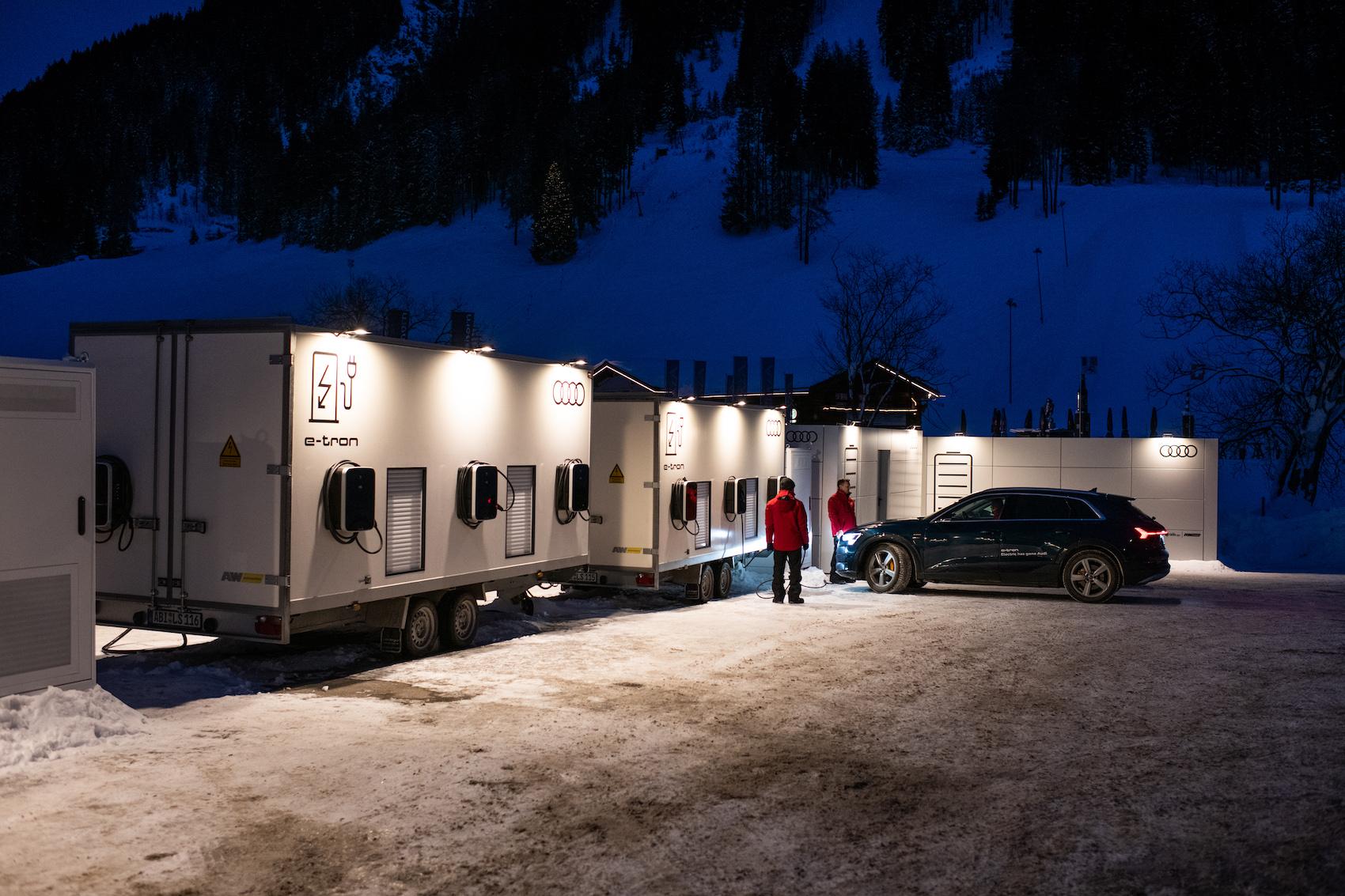 An der Lade-Basis an der Talstation der Davoser Jakobshornbahn tanken die Audis Strom nach. (Foto: Adrian Bretscher)