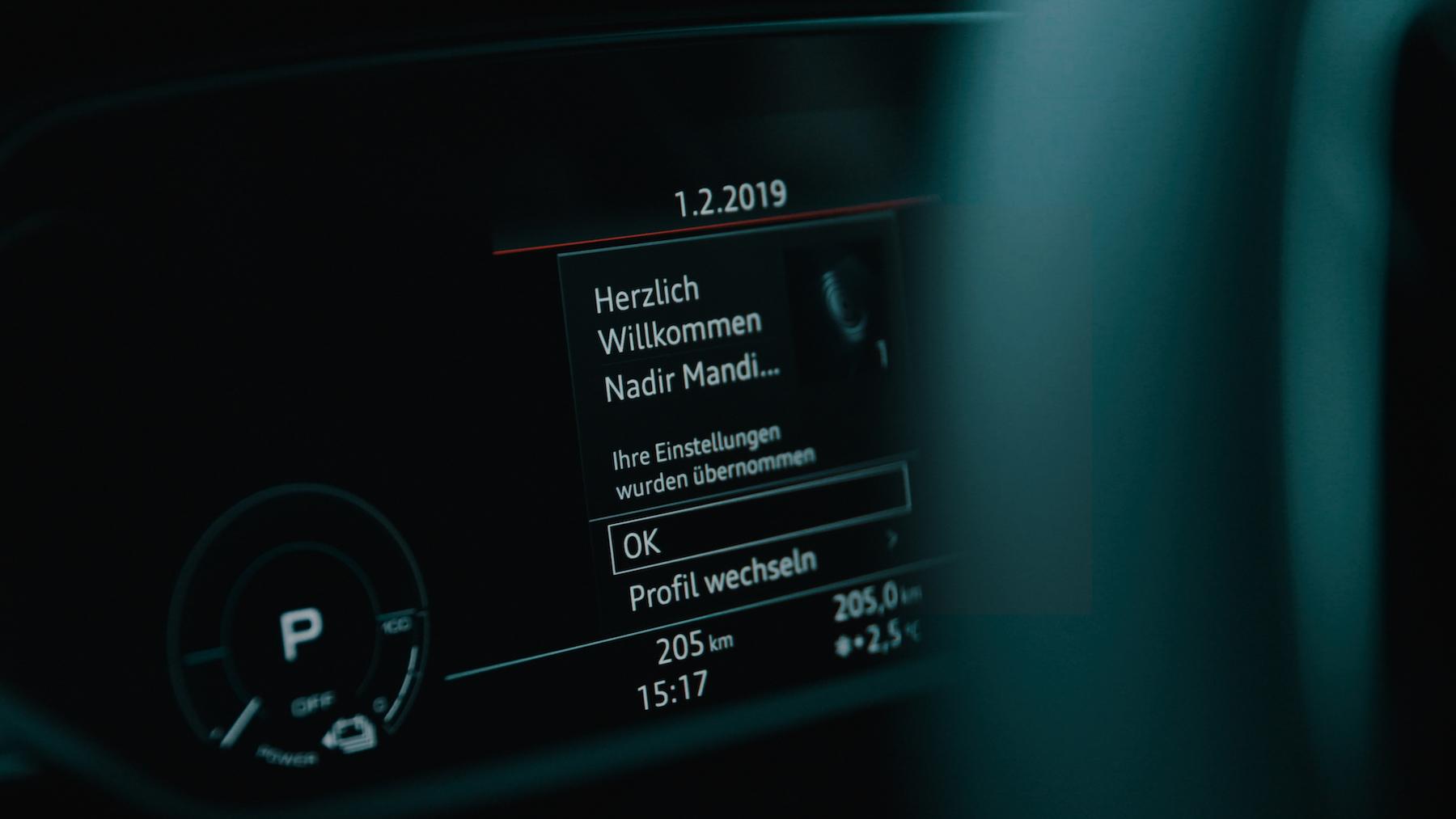 Der e-tron erkennt den Piloten – und speichert bis zu 400 persönliche Parameter in seinem Fahrerprofil ab.