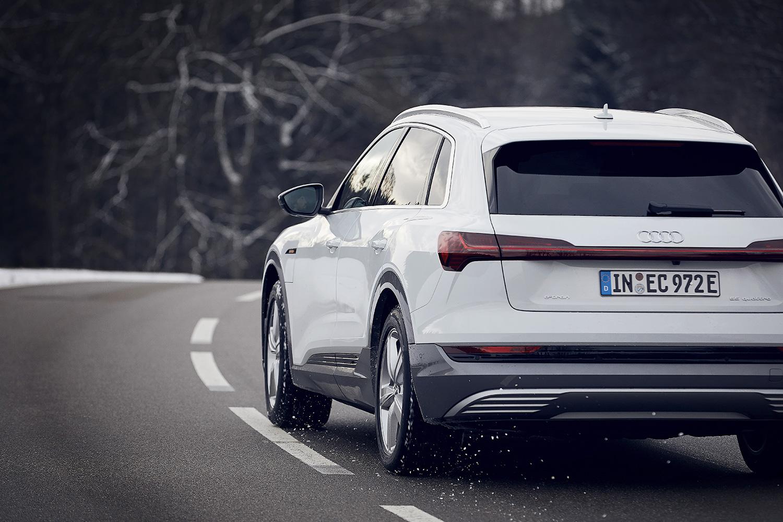 «Tutta la coppia fin dai primi metri»: Caspar Coppetti testa la modalità Boost dell'Audi e-tron. (Foto: Filip Zuan)
