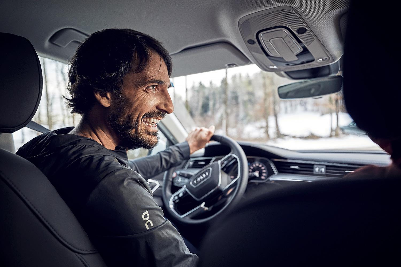 «Come un bambino alla vigilia di Natale»: Caspar Coppetti guida per la prima volta l'Audi e-tron. (Foto: Filip Zuan)
