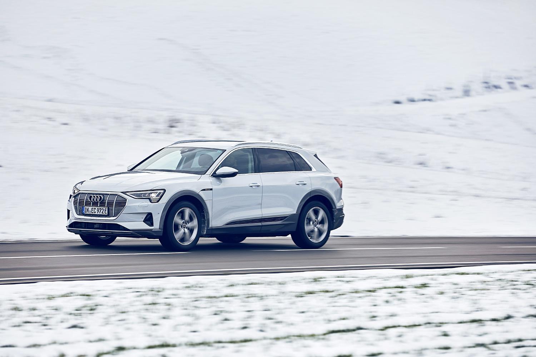 Grazie alla trazione integrale quattro, l'Audi e-tron è in grado di affrontare i valichi della Svizzera anche in inverno. (Foto: Filip Zuan)