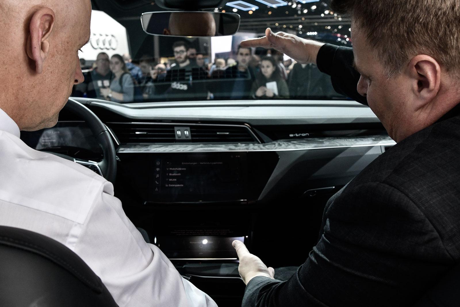 Il «kick» è evidente: Lars Thomsen nell'Audi Q4 e-tron Concept, alla sua prima mondiale a Ginevra.