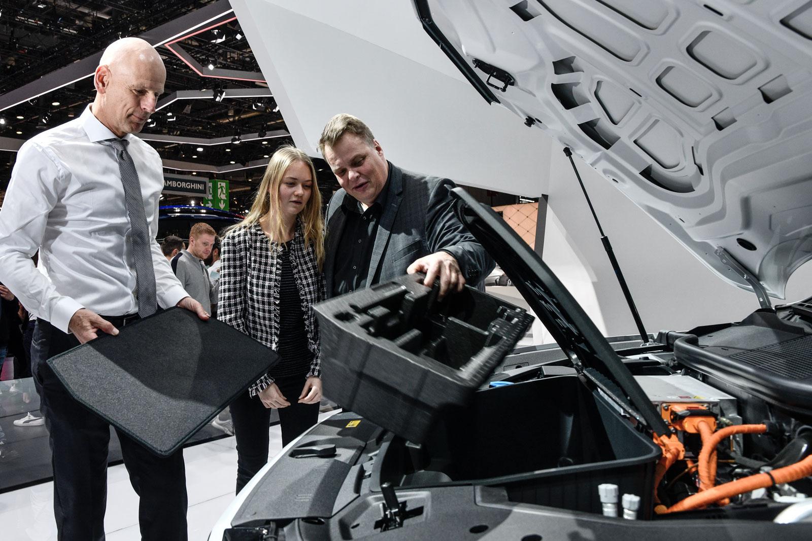 Stauraum statt Motor unter der Haube: Lars Thomsen schaut sich mit seiner Tochter den Audi e-tron an.