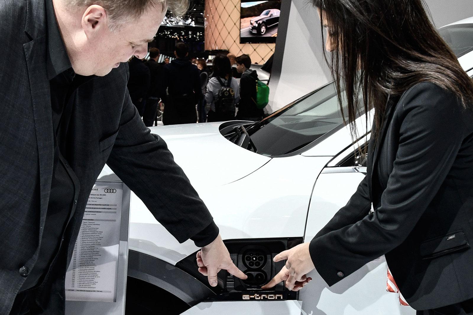 «Le auto elettriche si affermeranno nelle città e nei grossi agglomerati urbani e industriali»: Lars Thomsen esamina il connettore di ricarica di un'Audi e-tron.