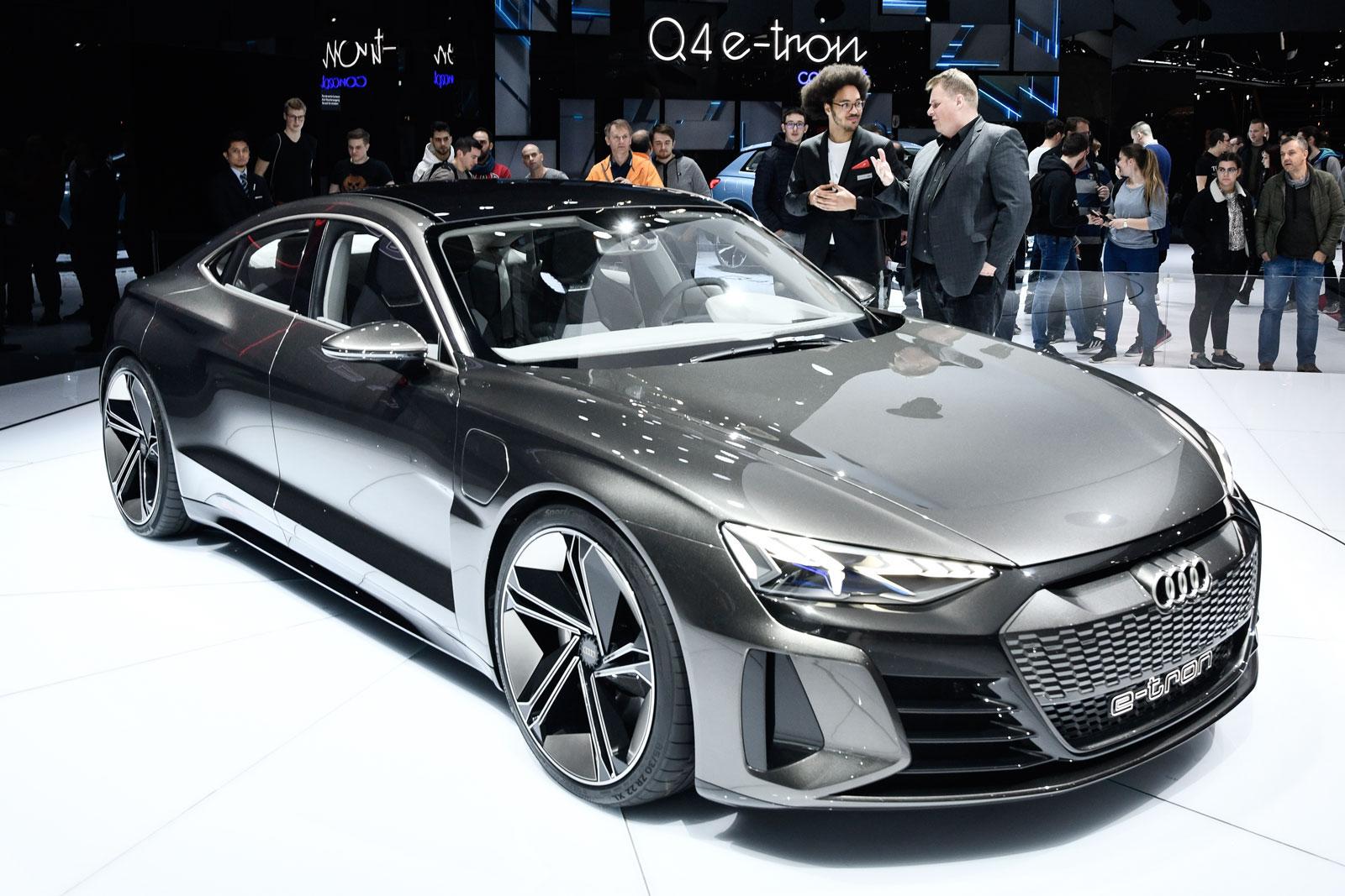 Lars Thomsen al Salone dell'Automobile di Ginevra mentre chiede spiegazioni sull'Audi e-tron GT Concept.