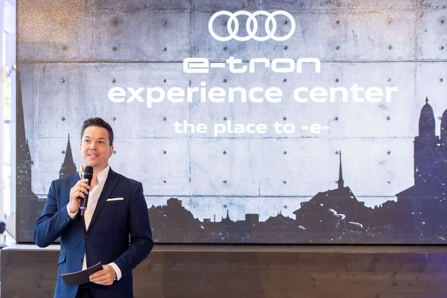Moderator Sven Epiney an der Eröffnung des e-tron experience centers. (Tom Lüthi)