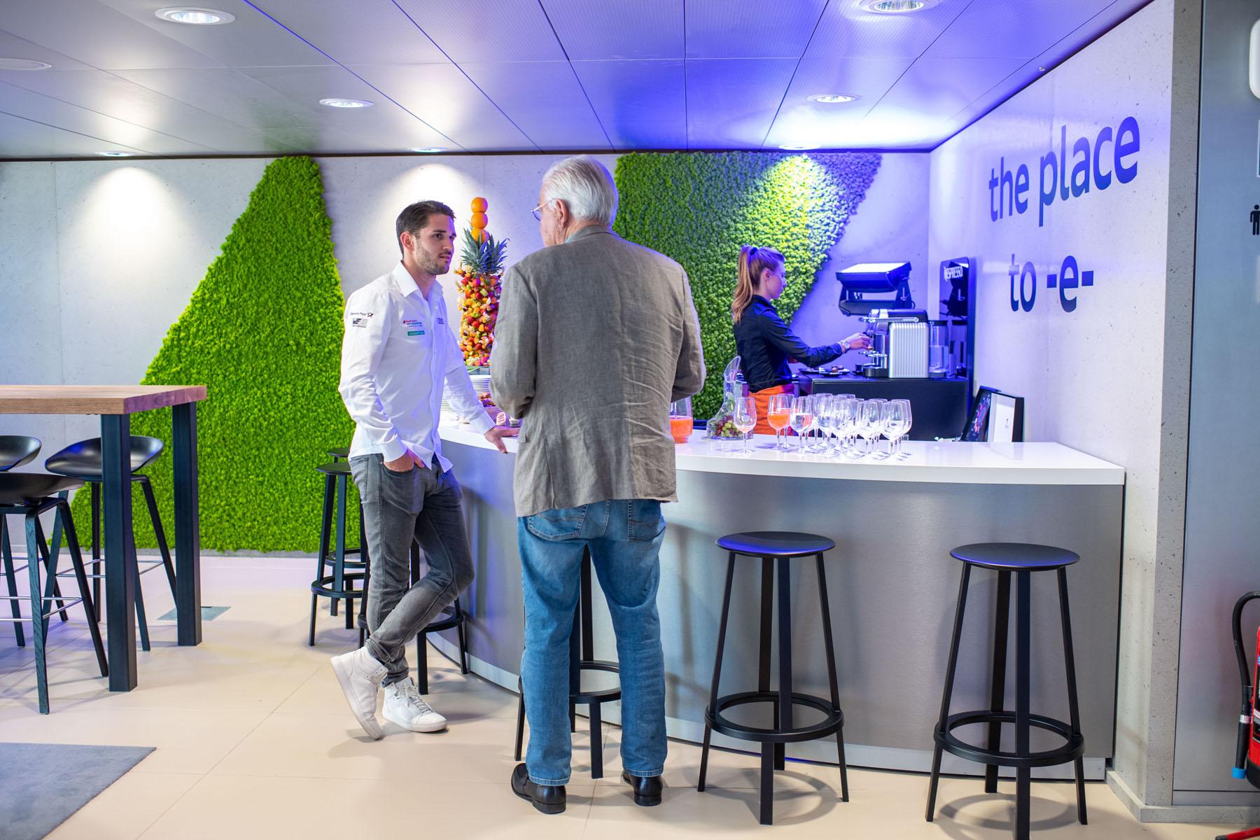 Formel-E-Pilot Daniel Abt (links) stärkt sich an der Kaffee-Bar.