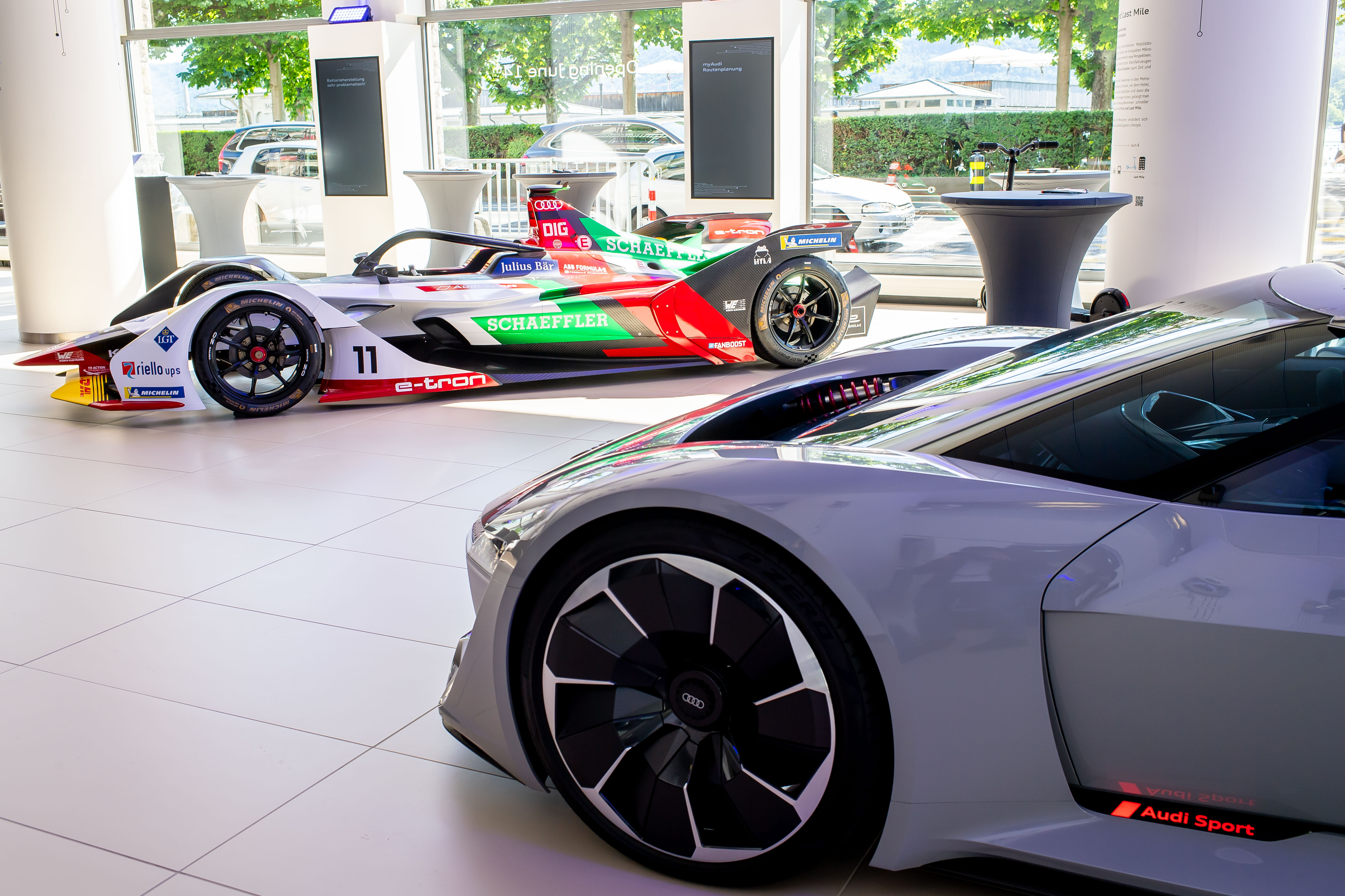 Die Premieren-Schmuckstücke: Die Designstudie Audi PB18 e-tron (rechts) und das Formel-E-Auto Audi e-tron FE05. (Tom Lüthi)