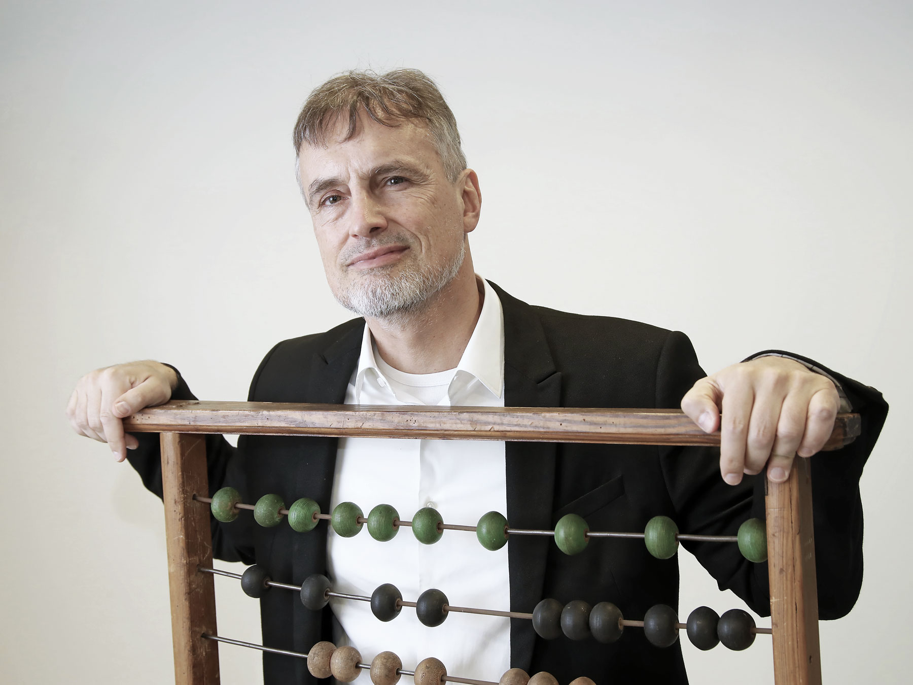 Il ricercatore vuole insegnare ai computer persino il senso dell'umorismo e l'amore: Jürgen Schmidhuber con un abaco a Manno.