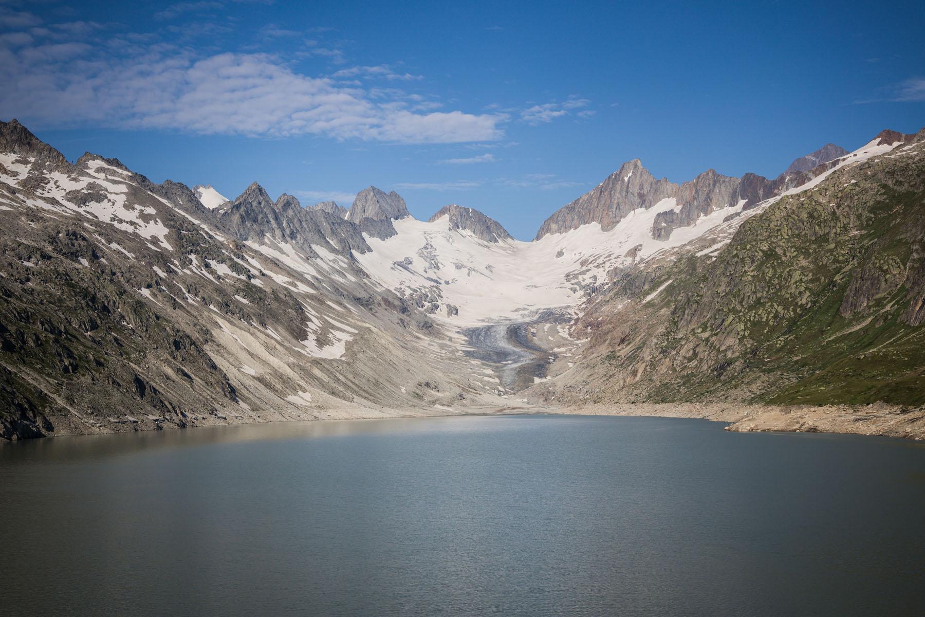 Le lac artificiel de l'Oberaar, en-dessous du glacier de l'Oberaar, est le lac à la plus haute altitude dans la région de la source de l'Aar, dans la Grimselwelt.