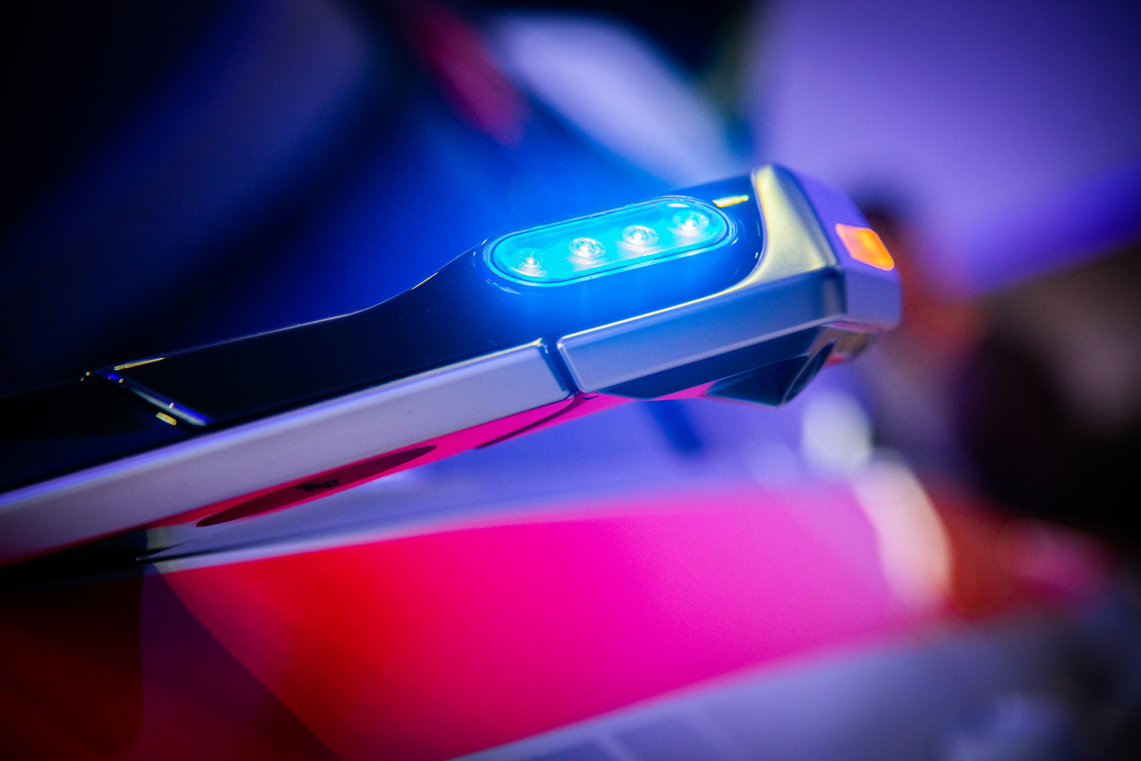 La squadra di Stefan Riesen ha addirittura installato una luce blu nelle telecamere per gli specchietti retrovisivi esterni virtuali dell'Audi e-tron. (Thomas Buchwalder)
