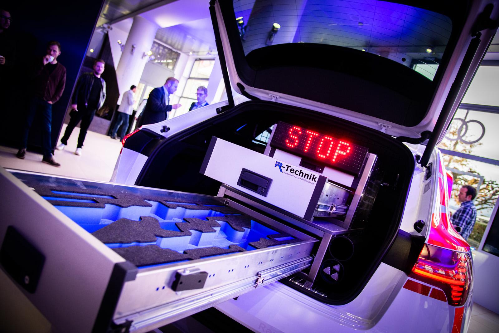 Il bagagliaio dell'Audi e-tron 55 quattro offre posto a sufficienza per tutti i materiali della polizia, cassetto delle armi compreso. (Thomas Buchwalder)
