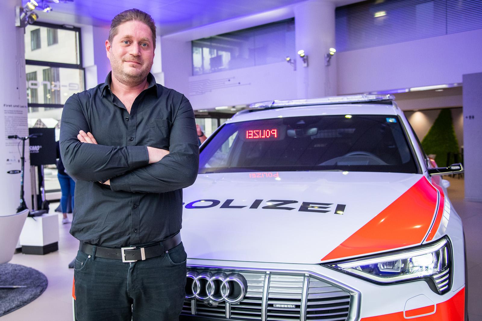 Stefan Riesen davanti all'e-tron della polizia. (Thomas Buchwalder)