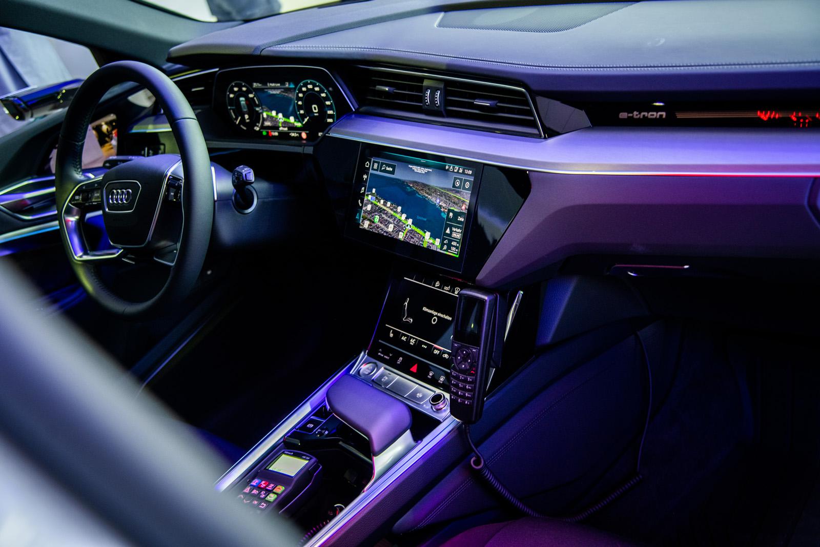 Un'auto della polizia può essere anche elegante: l'apparecchio radio trova posto nella console centrale. (Thomas Buchwalder)