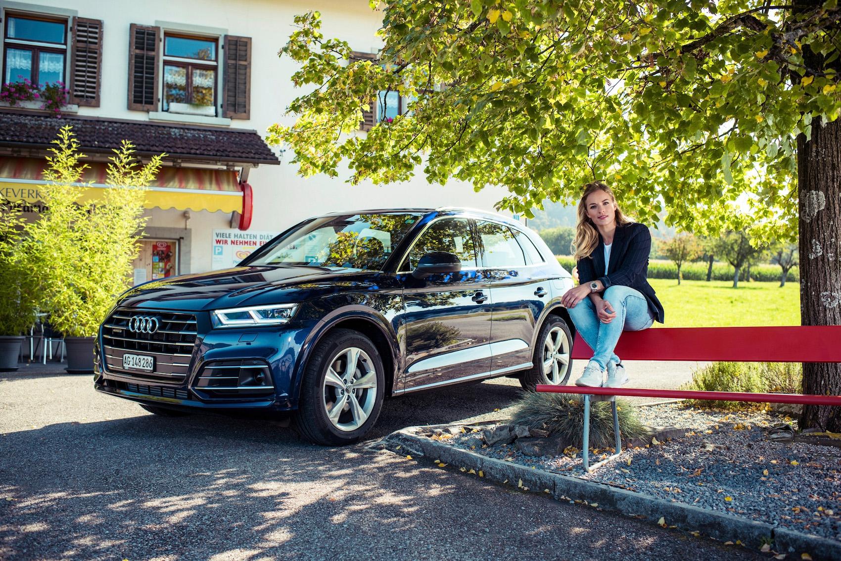Ideale sia per i viaggi alla scoperta di posti nuovi in campagna, sia nel traffico delle ore di punta: Lara con l'Audi Q5 TFSI e ad Hausen am Albis e nel centro di Zurigo.