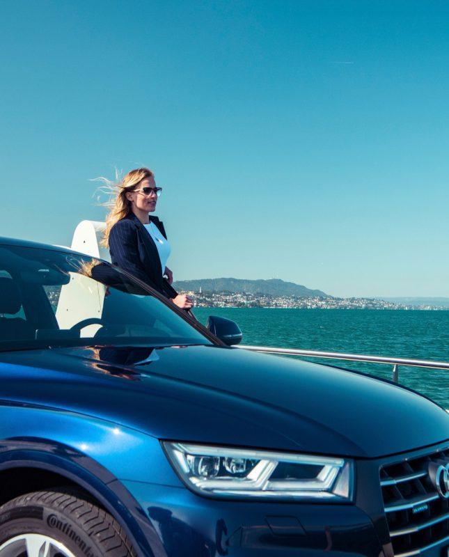 Skirennfahrerin Lara Gut-Behrami geniesst mit dem Audi Q5 TFSl e eine Fahrt auf dem Zürichsee – auf der Fähre von Horgen nach Meilen.