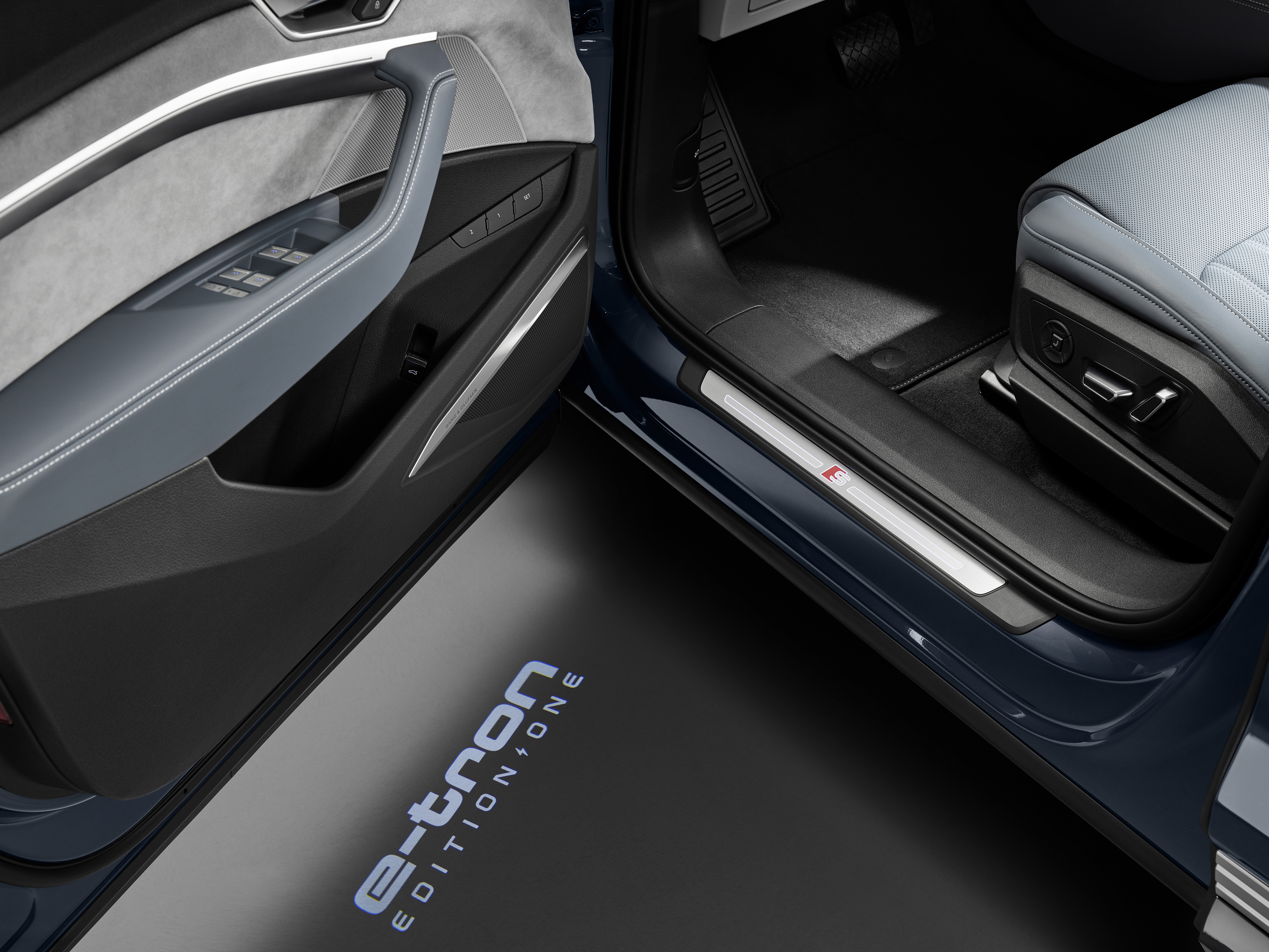Pour l'édition spéciale «Edition One», la désignation du modèle est projetée comme inscription au sol. (AUDI)