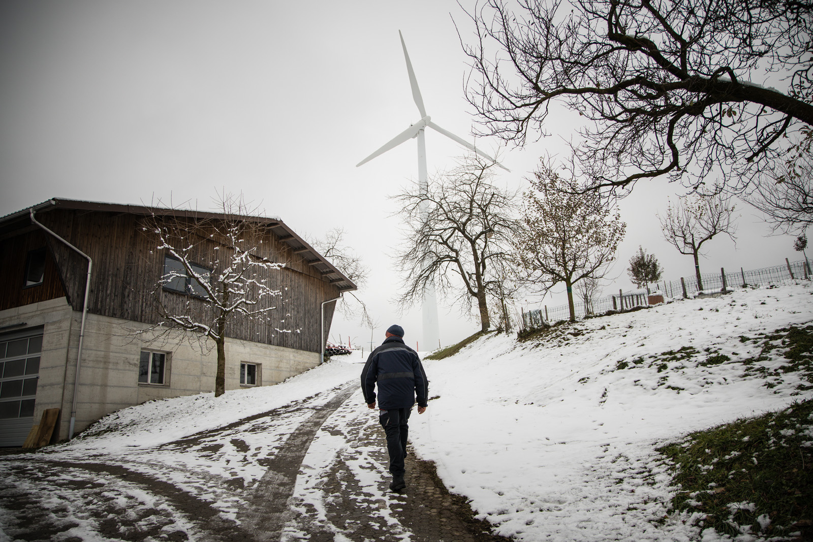 Roland Aregger va verso una delle sue turbine a vento.